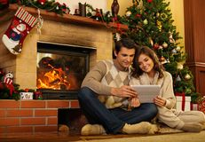 Couples dans l'intérieur de maison de Noël Photos libres de droits