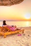 Couples dans l'étreinte observant ensemble le lever de soleil au-dessus de la Mer Rouge Image stock