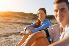 Couples dans l'usage de sport sur la plage images stock