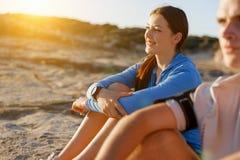 Couples dans l'usage de sport sur la plage photo stock