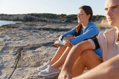 Couples dans l'usage de sport sur la plage photos stock