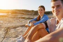Couples dans l'usage de sport sur la plage photographie stock libre de droits