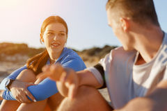 Couples dans l'usage de sport sur la plage photo libre de droits