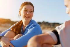 Couples dans l'usage de sport sur la plage photographie stock