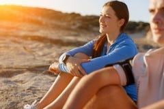 Couples dans l'usage de sport sur la plage image libre de droits