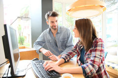 Couples dans la barre websurfing sur un ordinateur public Photos stock