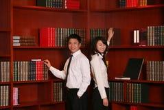 Couples dans la bibliothèque images stock