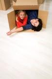 Couples dans la boîte en carton Photos stock