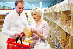 Couples dans la boulangerie Photos stock