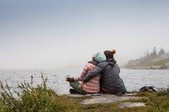 Couples dans la brume sur la passerelle de lac dans l'après-midi d'hiver L'atmosphère paisible Air brumeux Images libres de droits