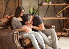 Couples dans la caresse enceinte d'amour, bébé de attente Image libre de droits