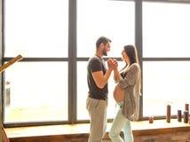 Couples dans la caresse enceinte d'amour, bébé de attente Photos stock