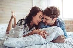 Couples dans la chambre à coucher photos libres de droits