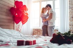 Couples dans la chambre à coucher photographie stock libre de droits