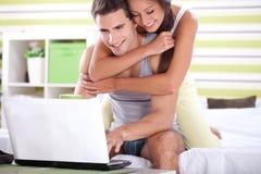 Couples dans la chambre à coucher surfant sur le filet Images libres de droits