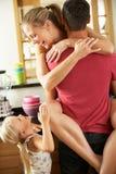 Couples dans la cuisine étant descendant interrompu Images stock