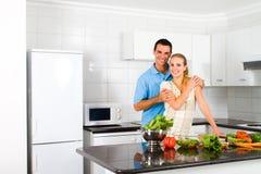 Couples dans la cuisine Photo stock