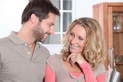 Couples dans la cuisine Photos libres de droits