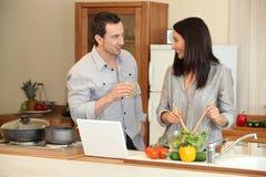Couples dans la cuisine Photographie stock libre de droits