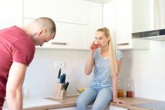 Couples dans la cuisine Femme buvant du jus de fruit fait maison sain Suivre un régime et concept de detox Photographie stock