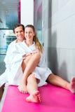 Couples dans la détente dans la station thermale de bien-être Photos libres de droits