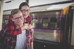 Couples dans la datation d'amour à la station de train ami h de ferroutage Photographie stock libre de droits