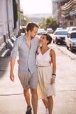 Couples dans la datation d'amour dans la ville Image libre de droits