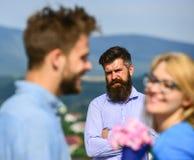 Couples dans la datation d'amour tandis que mari jaloux observant fixement sur le fond Amants rencontrant le romance extérieur de Images stock