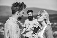 Couples dans la datation d'amour tandis que mari jaloux observant fixement sur le fond Concept d'amour non r?compens? couples rom photo stock