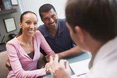 Couples dans la discussion avec le docteur dans la clinique d'IVF Image stock