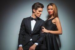 Couples dans la fin de pose noire à l'arrière-plan de studio Photos libres de droits