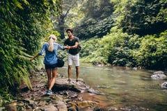 Couples dans la forêt par le courant Image libre de droits