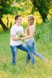 Couples dans la forêt regardant l'un l'autre heureusement photos stock