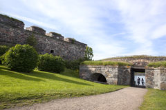 Couples dans la forteresse d'île de Suommenlinna, Helsinki Photo stock