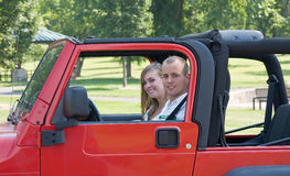 Couples dans la jeep rouge Photo stock