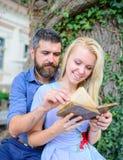 Couples dans la lecture d'amour, de professeur et d'étudiant, Photo libre de droits