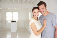 Couples dans la maison neuve Photographie stock libre de droits