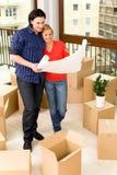 Couples dans la maison neuve Photo stock