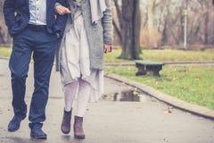 Couples dans la marche d'amour Photographie stock libre de droits