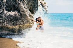 Couples dans la natation d'amour en mer Images libres de droits