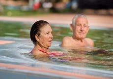 Couples dans la piscine Photos libres de droits