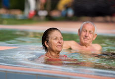 Couples dans la piscine Photo stock