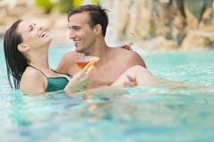 Couples dans la piscine Photo stock
