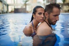 Couples dans la piscine Photographie stock libre de droits