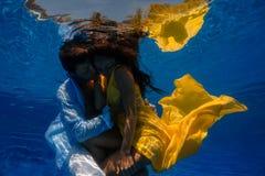 Couples dans la piscine Images stock