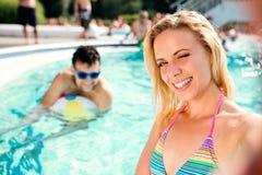 Couples dans la piscine prenant le selfie Été et eau Photo stock