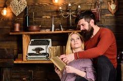 Couples dans la poésie de lecture d'amour en atmosphère chaude Concept romantique de soirée Madame et homme avec la barbe sur les Photographie stock libre de droits