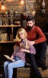 Couples dans la poésie de lecture d'amour en atmosphère chaude Concept romantique de soirée Madame et l'homme avec la barbe sur l Images libres de droits
