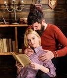 Couples dans la poésie de lecture d'amour en atmosphère chaude Les couples dans l'intérieur en bois de vintage apprécient la poés Photographie stock