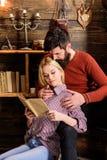 Couples dans la poésie de lecture d'amour en atmosphère chaude Les couples dans l'intérieur en bois de vintage apprécient la poés Image libre de droits